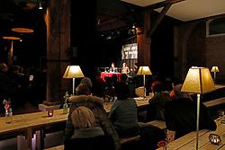 """Katharina Hagena und Benjamin Lebert diskutieren in der Hamburger 2ten Heimat über Reflexion und Veränderung der Bedeutung der Literatur für die Verhältnisse. """"Mit Hilfe von Geschichten den Ungeheuerlichkeiten zu begegnen ohne zu versteinern"""", definiert Hagena das Publizieren. Für Lebert beginnt """"das Schreiben erst, wenn wir Gefahr laufen zu Stein zu werden"""".<br /> <br /> Ort: Hamburg<br /> Copyright: Andreas Conradt<br /> Quelle: PubliXviewinG"""