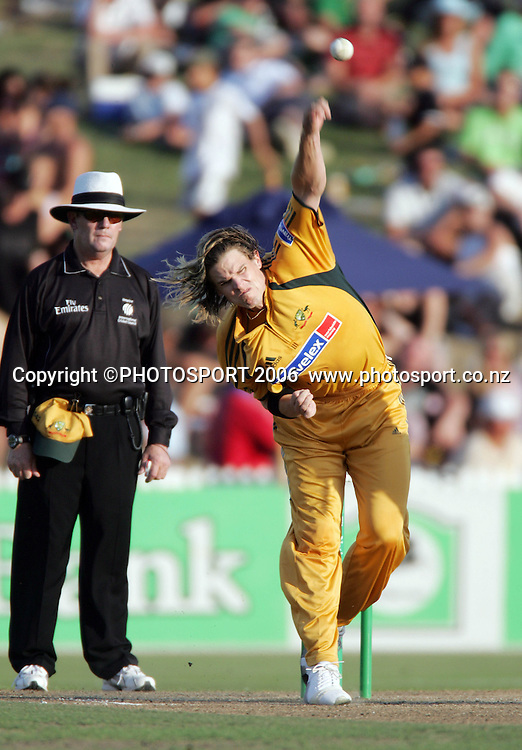 Australian bowler Nathan Bracken in action during the 3rd Chappell Hadlee one day match at Seddon Park, Hamilton, New Zealand on Tuesday 20 February 2007. Photo: Andrew Cornaga/PHOTOSPORT<br /><br /><br />200207