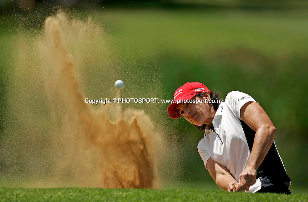 19-21/01/2007 *** Women's World Cup of Golf Sun City 19-21 Jan 2007.*** America's Juli Inkster plays from the bunker on the 9th on the final day of the 2007 WWC of Golf 2007.***<br /> Photo : Anton de Villiers