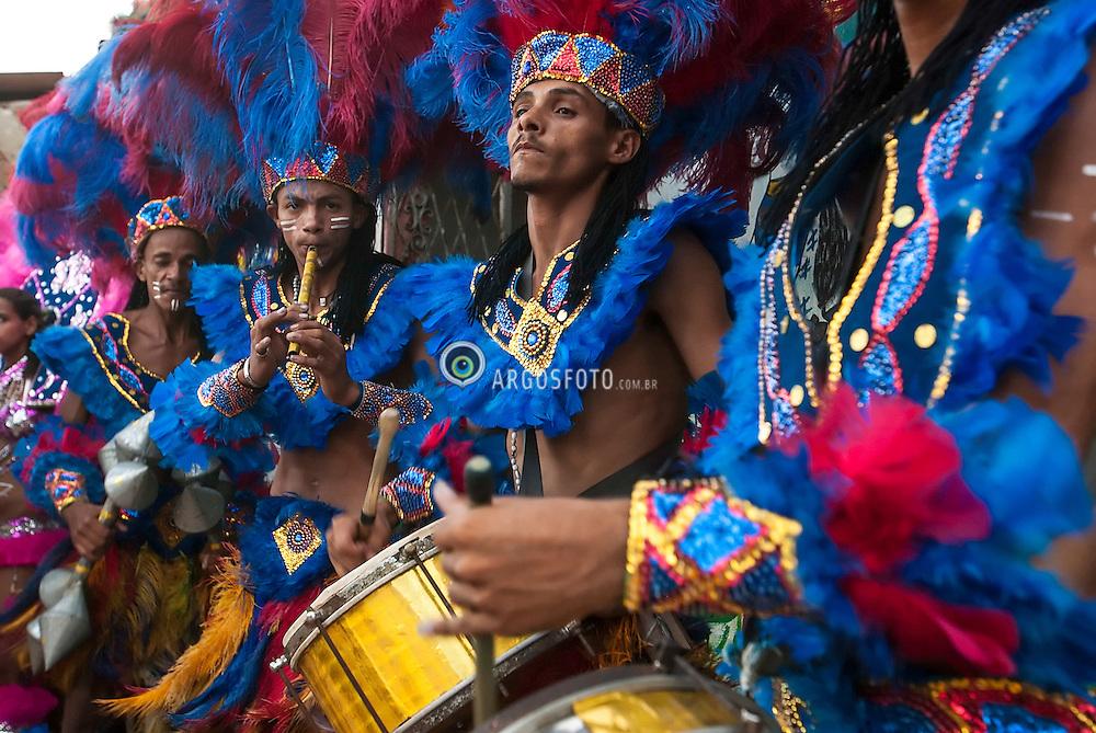 Apresentacao do Caboclinho Unao Sete Flechas de Goiana, em Goiana - Zona da Mata de Pernambuco. Caboclinhos eh uma danca folclorica executada durante o Carnaval, no Nordeste do Brasil, por grupos fantasiados de indios que, com vistosos cocares, adornos de pena na cinta e nos tornozelos, colares, representam cenas de caca e combate.  / Caboclinhos is a folk dance performed during Carnival, in northeastern Brazil, costumed groups of Indians, with colorful headdresses, feather adornments on the strap and ankles, collars, represent hunting scenes and combat. Presentation of Caboclinho Unao Sete Flechas de Goiana.