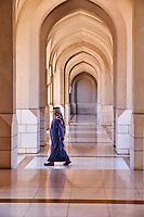 Sultanat d'Oman, Mascate. Passerelle couverte à proximité du palais moderne Al Alam du Sultan d'Oman //  Sultanat of Oman, Muscat, Portico of the Al Alam Palace