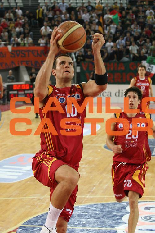 DESCRIZIONE : Roma Lega A1 2007-08 Lottomatica Virtus Roma Cimberio Varese<br /> GIOCATORE : Christian Drejer<br /> SQUADRA : Lottomatica Virtus Roma<br /> EVENTO : Campionato Lega A1 2007-2008<br /> GARA : Lottomatica Virtus Roma Cimberio Varese<br /> DATA : 30/09/2007<br /> CATEGORIA :  penetrazione<br /> SPORT : Pallacanestro<br /> AUTORE : Agenzia Ciamillo-Castoria/G.Ciamillo