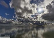 Wolken mit Spiegelung, Ostsee, Russland
