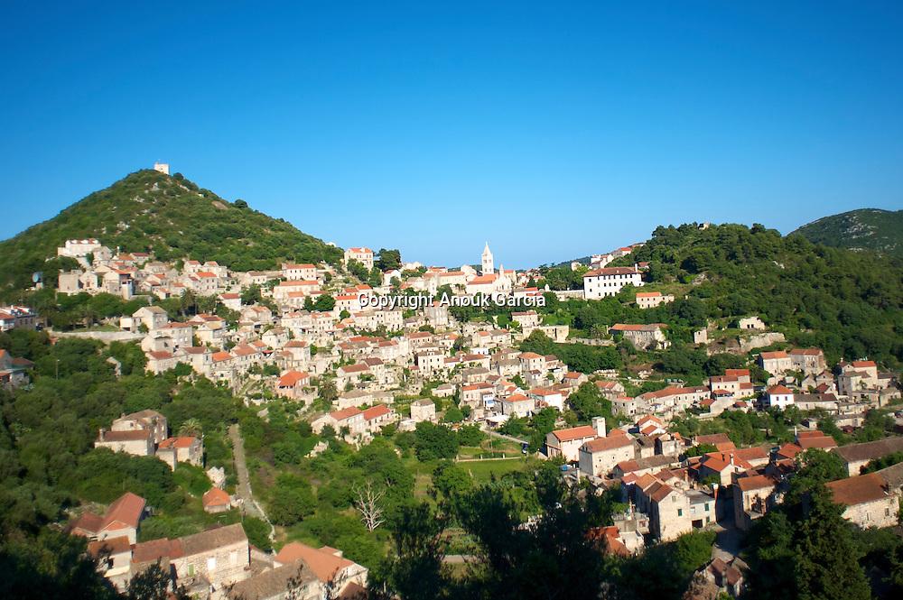 Construit en Amphithe?atre, le village de pierre blanche a abrite? plus de 4000 personnes. Aujourd'hui plus de 60 % des habitations sont de?serte?es.
