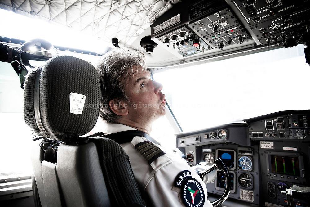 ROMA. UN PILOTA NELLA CABINA DI COMANDO DI UN AEREO CANADAIR CL-415 DEL SERVIZIO ANTINCENDIO DELLA PROTEZIONE CIVILE