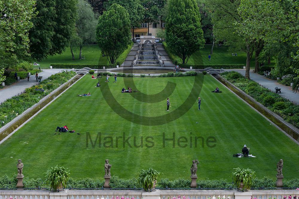Mehre Personen halten auf der Wiese im K&ouml;rnerpark am 18.05.2016 in Berlin, Deutschland auf. Die 1916 fertiggestellte Parkanlage im Stadtteil Neuk&ouml;lln feiert dieses Jahr mit einem 100 t&auml;gigen Fest sein 100 j&auml;hriges Bestehen. Foto: Markus Heine / heineimaging<br /> <br /> ------------------------------<br /> <br /> Ver&ouml;ffentlichung nur mit Fotografennennung, sowie gegen Honorar und Belegexemplar.<br /> <br /> Bankverbindung:<br /> IBAN: DE65660908000004437497<br /> BIC CODE: GENODE61BBB<br /> Badische Beamten Bank Karlsruhe<br /> <br /> USt-IdNr: DE291853306<br /> <br /> Please note:<br /> All rights reserved! Don't publish without copyright!<br /> <br /> Stand: 05.2016<br /> <br /> ------------------------------w&auml;hrend der Buchvorstellung und Podiumsdiskussion: &quot;IS und Al-Qaida&quot; am 18.05.2016 in Berlin, Deutschland. Bei der Podiumsdiskussion beantworten die jordanischen Islamismus-Experten die wichtigsten Fragen nach Unterschieden und Verh&auml;ltnis zwischen dem sogenannten &quot;Islamischen Staat&quot; und dem Al-Qaida-Netzwerk. Foto: Markus Heine / heineimaging<br /> <br /> ------------------------------<br /> <br /> Ver&ouml;ffentlichung nur mit Fotografennennung, sowie gegen Honorar und Belegexemplar.<br /> <br /> Bankverbindung:<br /> IBAN: DE65660908000004437497<br /> BIC CODE: GENODE61BBB<br /> Badische Beamten Bank Karlsruhe<br /> <br /> USt-IdNr: DE291853306<br /> <br /> Please note:<br /> All rights reserved! Don't publish without copyright!<br /> <br /> Stand: 05.2016<br /> <br /> ------------------------------