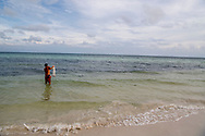 Key West<br /> Plaats in Florida Key West is een plaats en een eiland in de Amerikaanse staat Florida, en valt bestuurlijk gezien onder Monroe County. Voor de tijd van Columbus was de plaats bewoond door de indianenstam Calusa. KEYWEST FLORIDA THE MOST SOUTERN PART OF AMERICA USA <br /> keywest , amerika ROBIN UTRECHT<br /> De Florida Keys zijn een archipel van ongeveer 1700 kleine eilandjes die deel uitmaken van de Amerikaanse staat Florida. Ze strekken zich uit van Miami in het noordoosten naar het zuiden, en buigen vervolgens in westelijke richting af.