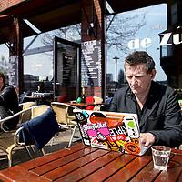 Nederland, Amsterdam , 13 april 2010..Ondernemer Jan Karel Kleijn werkend acher zijn laptop op het terras van cafe de Zuid aan de Javakade..Foto:Jean-Pierre Jans