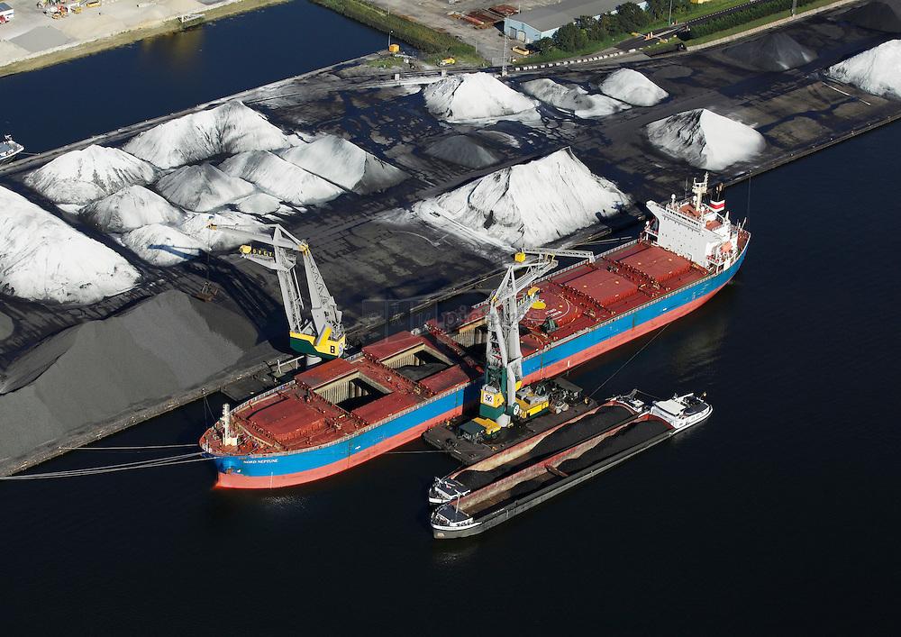 Massagoedhaven met bulkcarrier Nord Neptune die gelost wordt door de kranen 9 en 11 van ovet