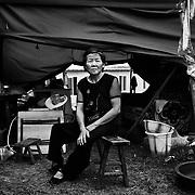 Yu De Rong mistede alle personlige ejendele under det voldsomme jordskælv som ramte sichuan provinsen, og bor nu en teltby bag ved de barakker som regeringen har sat op til de hjemløse. Hun har fået tildelt et skur, men har ikke fået lov til at flytte ind i det endnu, selvom det har stået færdigt længe.