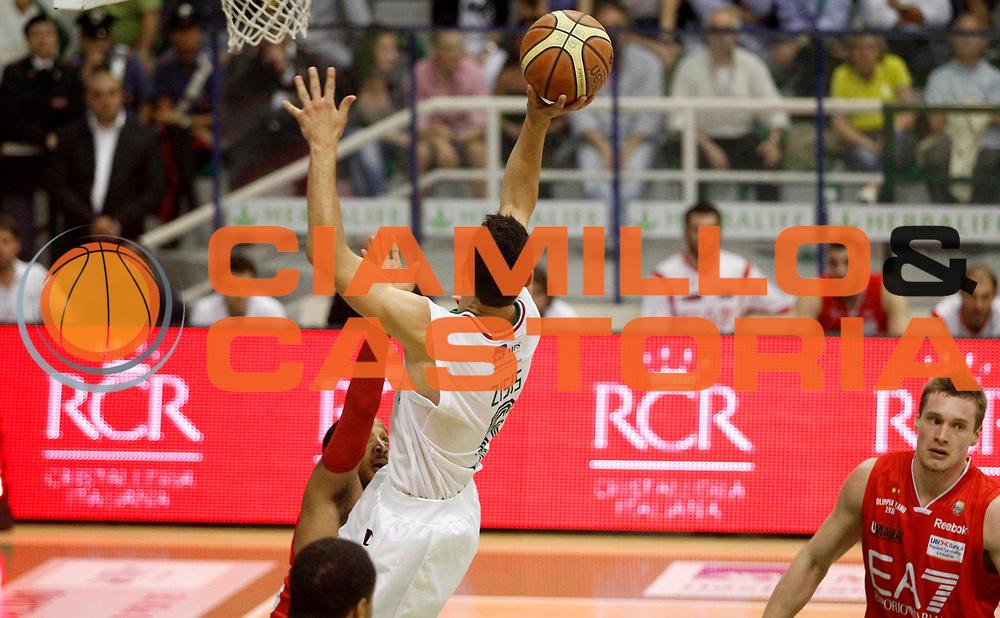 DESCRIZIONE : Siena Lega A 2011-12 Montepaschi Siena EA7 Emporio Armani Milano Finale scudetto gara 1<br /> GIOCATORE : Nikolaos Zisis<br /> CATEGORIA : penetrazione tiro<br /> SQUADRA : Montepaschi Siena<br /> EVENTO : Campionato Lega A 2011-2012 Finale scudetto gara 1<br /> GARA : Montepaschi Siena EA7 Emporio Armani Milano<br /> DATA : 09/06/2012<br /> SPORT : Pallacanestro <br /> AUTORE : Agenzia Ciamillo-Castoria/A.Ciucci<br /> Galleria : Lega Basket A 2011-2012  <br /> Fotonotizia : Siena Lega A 2011-12 Montepaschi Siena EA7 Emporio Armani Milano Finale scudetto gara 1<br /> Predefinita :