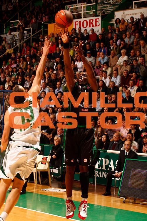 DESCRIZIONE : Siena Eurolega 2008-09 Quarti di Finale Gara 3 Montepaschi Siena Panathinaikos<br /> GIOCATORE : Henry Domercant<br /> SQUADRA : Montepaschi Siena<br /> EVENTO : Eurolega 2008-2009<br /> GARA : Montepaschi Siena Panathinaikos<br /> DATA : 31/03/2009<br /> CATEGORIA : tiro<br /> SPORT : Pallacanestro<br /> AUTORE : Agenzia Ciamillo-Castoria/P.Lazzeroni