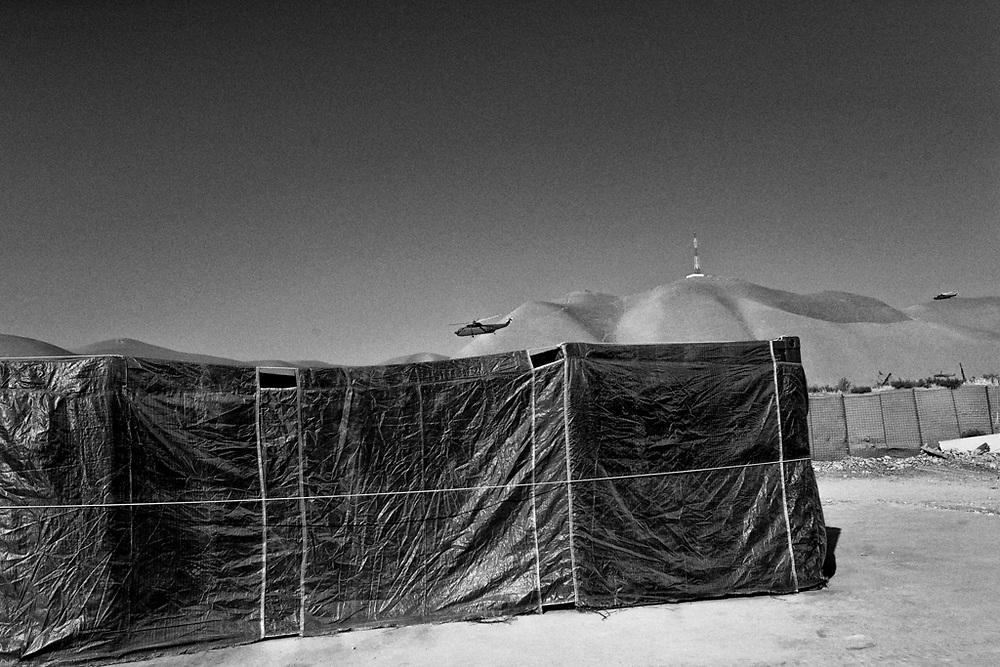 Un elicottero abbandona la Fob Columbus di Bala Morghab