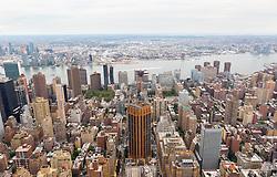THEMENBILD - Das Empire State Building ist ein Wolkenkratzer im New Yorker Stadtteil Manhattan. Mit einer Höhe von 443 Metern war es lange Zeit das höchste Gebäude der Welt. Bis heute gilt das Empire State Building als Wahrzeichen von New York, im Bild die Aussicht Richtung Osten vom 86 Stock aus, Aufgenommen am 08. August 2016 // The Empire State Building is a skyscraper in Manhattan. It stands 443 Meter high and was the tallest building of the world for a long time. It is deemed to be the town's landmark, This picture shows the view from the 86th floor eastbound, New York City, United States on 2016/08/08. EXPA Pictures © 2016, PhotoCredit: EXPA/ Sebastian Pucher
