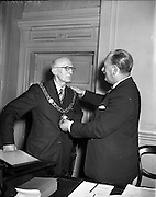 11/03/1957<br /> 03/11/1957<br /> 11 March 1957<br /> Dublin Chamber of Commerce election of new offices at the Commercial Buildings, Dublin. Outgoing president Mr. Alex O'D Shiel  presents the chain of office to Mr. J.W. Gallagher the newly elected President.