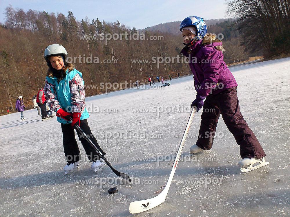28.01.2012, Thalersee Thal bei Graz, AUT, Feature, im Bild Kinder beim Eislaufen und Eishockeyspielen am zugefrorenen Thalersee, EXPA Pictures © 2012, PhotoCredit: EXPA/ Erwin Scheriau