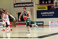 15.11.2014, Pyynikin palloiluhalli, Tampere.<br /> Korisliiga 2014-15, Tampereen Pyrintö - KTP-Basket, Kotka.<br /> Timo Heinonen (KTP) v Damon Williams (Pyrintö).