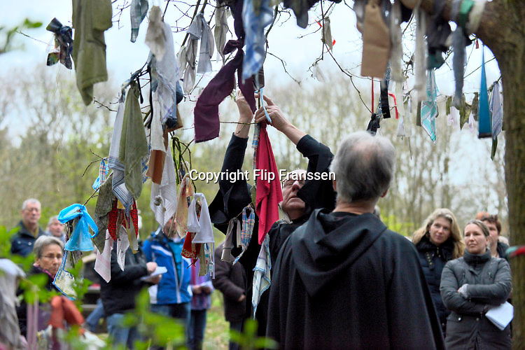 Nederland, Overasselt, 2-4-2016Schola Cantorum Karolus Magnus zingt Gregoriaanse leideren bij de ruine en de wensboom.FOTO: FLIP FRANSSEN