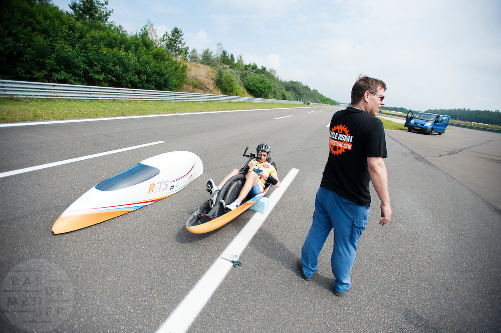 In Duitsland worden op de Dekrabaan bij Schipkau recordpogingen gedaan met speciale ligfietsen tijdens een speciaal recordweekend.<br /> <br /> In Germany at the Dekra track near Schipkau cyclists try to set new speed records with special recumbents bikes at a special record weekend.