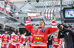 20.04.2018, Eisarena, Salzburg, AUT, EBEL, EC Red Bull Salzburg vs HCB Suedtirol Alperia, Finale, 7. Spiel, im Bild Pekka Tuokkola (HC Bozen) mit der Karl Nedwed Trophy // during the Erste Bank Icehockey 7th final match between EC Red Bull Salzburg and HCB Suedtirol Alperia at the Eisarena in Salzburg, Italy on 2018/04/20. EXPA Pictures © 2018, PhotoCredit: EXPA/ JFK