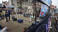 Nederland. Delft, 16 augustus 2012.<br /> PvdA campagne voor landelijke verkiezingen<br />  Lijsttrekker Diederik Samsom neemt deel aan een zogeheten Townhallmeeting bij de Boterwaag aan de Markt tijdens een campagnedag van de PvdA voor de landelijke verkiezingen van 12 september. Democratie, politiek, Partij van de Arbeid, sociaal-democratie, stemgerechtigden, kiezers, <br /> .Foto : Martijn Beekman
