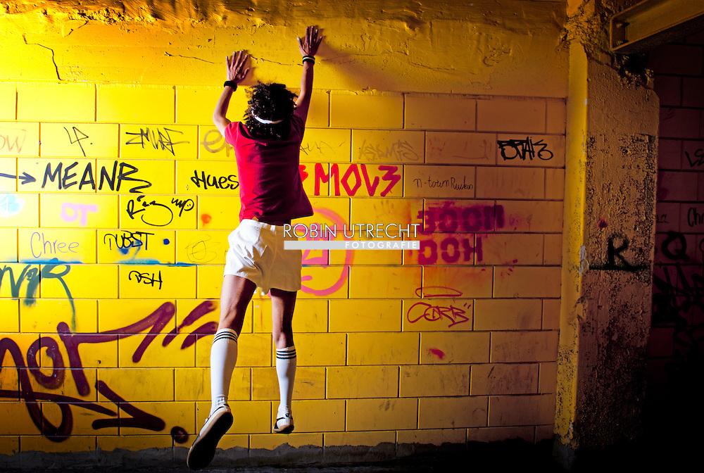 ROTTERDAM - serie over Ergens deze week gaan jullie lekker rennen en springen in de stad. Althans, Raoul, Robin gaat er achteraan/onderdoor/overheen met zijn camera.<br /> Zie hieronder het artikel van Raoul. Free Running, Urban Bootcamp, hoe je het noemen wilt. Wat we graag zien is knallende, snelle, kleurrijke fotografie met bijzondere perspectieven en Raoul in de hoofdrol voor cover en binnenwerk LUX voor volgende week zaterdag met als thema: buiten spelen voor gevorderden. COPYRIGHT ROBIN UTRECHT