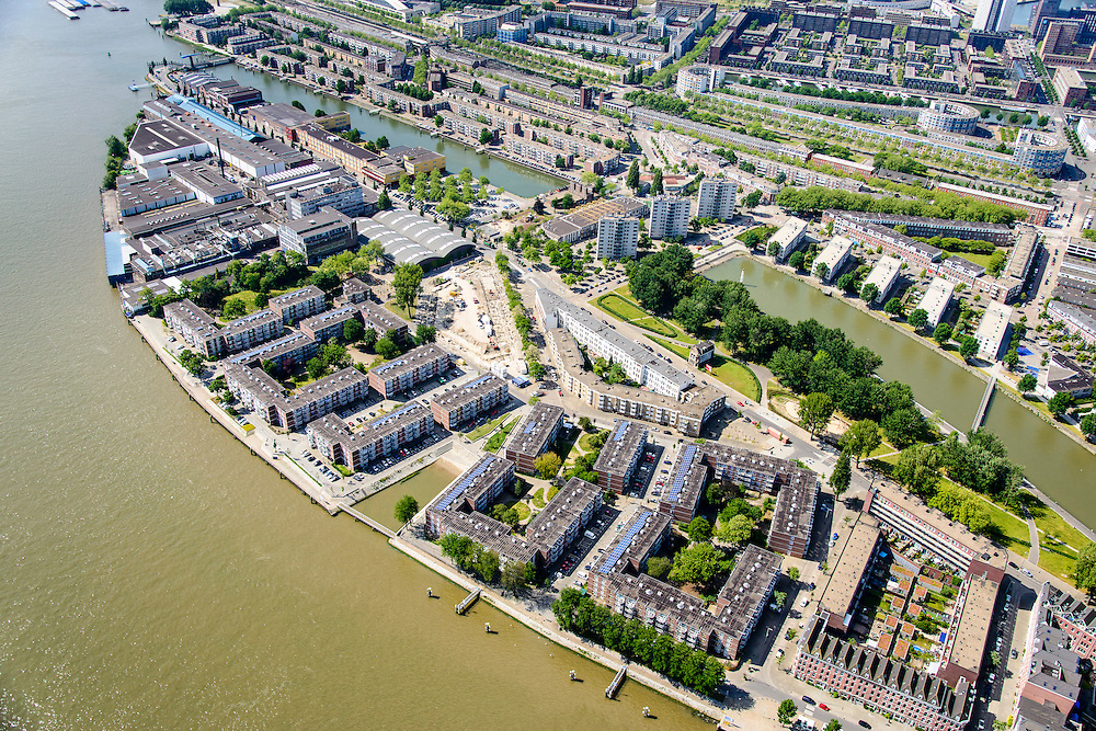 Nederland, Zuid-Holland, Rotterdam, 10-06-2015; Feijenoord. Simonsterrein aan weerszijden van de Feijenoordhaven, met bouwblokken van de sociale woningbouw op terrein van voormalig scheepssloopbedrijf Simons. Nassauhaven en Persoonshaven (links).<br /> Social housing in Rotterdam-South, build on the site of a former ship demolition yard. <br /> luchtfoto (toeslag op standard tarieven);<br /> aerial photo (additional fee required);<br /> copyright foto/photo Siebe Swart
