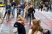 Een wirwar van fietsers rijden bij het Smakkelaarsveld in Utrecht. Het punt is een van de drukste fietsroutes van Nederland, duizenden fietsers passeren de kruisingen.<br /> <br /> A tangle of cyclists riding at Smakkelaarsveld in Utrecht. The point is one of the busiest cycle routes in the Netherlands, thousands of cyclists passing through the intersections.