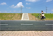Nederland, Streefkerk, 30-5-2018 Achter de Lekdijk, die onvoldoende bestand bleek tegen heel veel water, tussen Schoonhovense Veer en Kinderdijk, wordt her en der een verzwaring aangebracht om de stabiliteit te garanderen. Op verschillende plekken worden verschillende technieken toegepast. Veelal wordt de ijk aan de basis verstevigd en gestabiliseerd door diepe betonnen en stalen ankers in de grond, afgedekt met een grote betonnen rand. Om het kwelwater af te voeren zijn op verschillende stukken honderden buizen ingebracht die een horizontale drainage moeten opleveren . Ook wordt in dit dijkvak een klimaatdijk aangelegd . Streefkerk, Groot-Amers, Nieuw-LekkerlandFoto: Flip Franssen