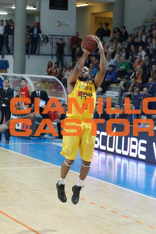 DESCRIZIONE : Frosinone Lega Basket A2 2011-12  Play Off Gara 4 Prima Veroli Giorgio Tesi Group Pistoia<br /> <br /> GIOCATORE : Barry Elder<br /> <br /> CATEGORIA : tiro<br /> <br /> SQUADRA : Prima Veroli<br /> <br /> EVENTO : Campionato Lega A2 2011-2012<br /> <br /> GARA : Prima Veroli Giorgio Tesi Group Pistoia<br /> <br /> DATA : 15/05/2012<br /> <br /> SPORT : Pallacanestro <br /> <br /> AUTORE : Agenzia Ciamillo-Castoria/ A.Ciucci<br /> <br /> Galleria : Lega Basket A2 2011-2012 <br /> <br /> Fotonotizia : Frosinone Lega Basket A2 2011-12 Prima Veroli Giorgio tesi Group Pistoia<br /> <br /> Predefinita :