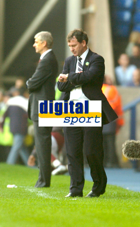 Photo: Leigh Quinnell.<br /> West Bromwich Albion v Arsenal. The Barclays Premiership.<br /> 15/10/2005. West Brom manager Bryan Robson checks to see how much time is left as Arsenal manager Arsene Wenger sees his team loose.