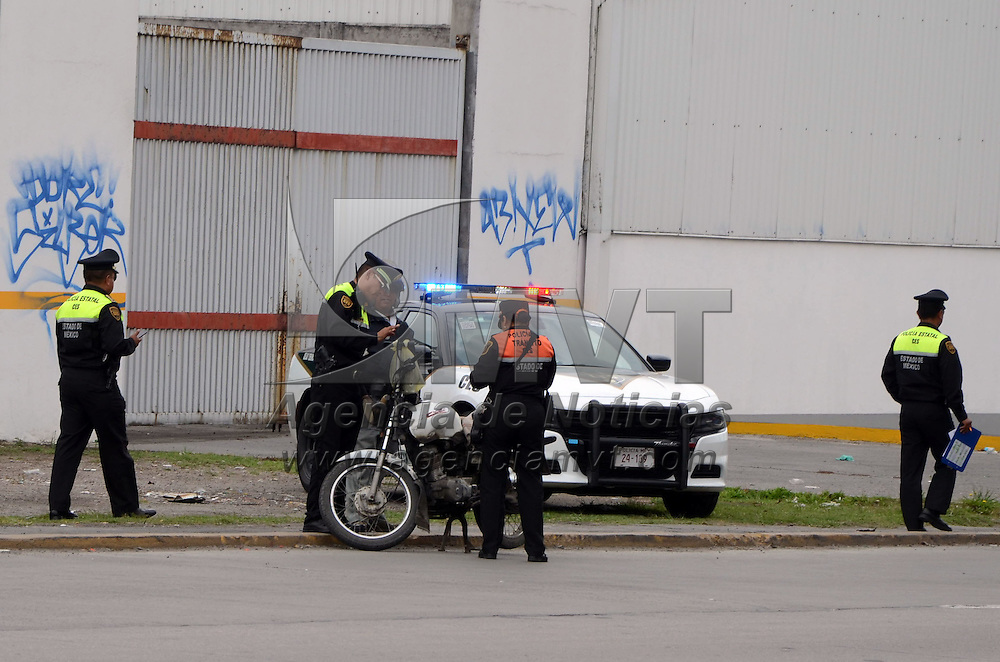 TOLUCA, Mexico (Junio 06, 2016).- Elementos de la Comisión Estatal de Seguridad Ciudadana, realizan el operativo Pegaso, en la lateral de paseo Tollocan a la altura de Pilares, que consiste en la revisión de motociclistas, que cuenten con documentación y equipo para operar . Agencia MVT. José Hernández.