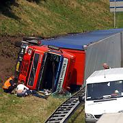 NLD/Blaricum/20050711 - Gekantelde vrachtwagen met gewonde chauffeur snelweg A27 ter hoogte Blaricum.kapotte voorruit, brandweer, vangrail, hulp, file, verkeer, chaos,