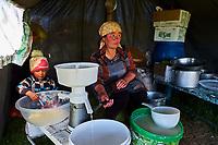 Kirghizistan, province de Naryn, le lac de Song Kol, campements de yourte des nomades Kirghiz, fabrication de la creme fraiche// Kyrgyzstan, Naryn province, Song Kol lake, Kirghiz nomad's yurt camp, creme fraiche making