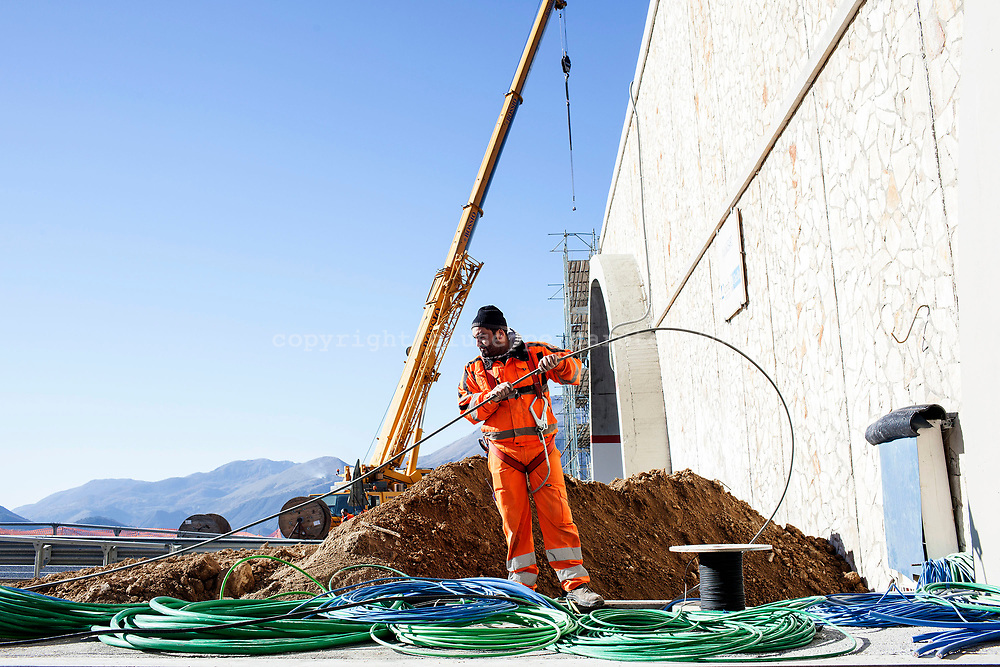 15 December 2016, Italy, Salerno Reggio-Calabria highway. Workers at work on the highway Salerno-Reggio Calabria.