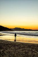 Silhueta de pessoa caminhando na Praia da Lagoinha durante crepúsculo. Florianópolis, Santa Catarina, Brasil. / Silhouette of person walking on Lagoinha Beach at dusk. Florianopolis, Santa Catarina, Brazil.