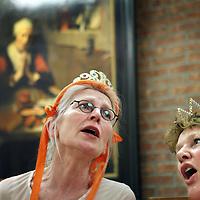 Nederland, Amsterdam , 13 april 2010..Repetitie van de dames van het z.g. Koninginnenkoor dat onder leiding van Ien van Duijnhoven op 30 april een eenmalig optreden zal verzorgen bij restaurant Oud Zuid in de Johannes Verhulststraat..Links de vrouw van Harry Mulisch.Foto:Jean-Pierre Jans