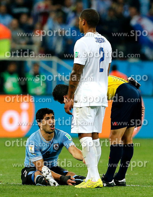 19.06.2014, Arena de Sao Paulo, Sao Paulo, BRA, FIFA WM, Uruguay vs England, Gruppe D, im Bild Uruguay's Luis Suarez (bottom) speaks with referee Carlos Velasco Carballo as he has a muscle cramp // during Group D match between Uruguay and England of the FIFA Worldcup Brasil 2014 at the Arena de Sao Paulo in Sao Paulo, Brazil on 2014/06/19. EXPA Pictures &copy; 2014, PhotoCredit: EXPA/ Photoshot/ ZHOU LEI<br /> <br /> *****ATTENTION - for AUT, SLO, CRO, SRB, BIH, MAZ only*****