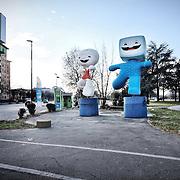 Ad otto anni dai fasti delle Olimpiadi invernali di Torinno 2006. Le mascotte Gliz e Neve restano in una piazzola di un benzinaio di periferia.