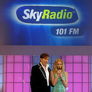 NLD/Hilversum/20070309 - 9e Live uitzending SBS Sterrendansen op het IJs 2007, Gerard Joling en Nance Coolen, bord sponsor Skyradio