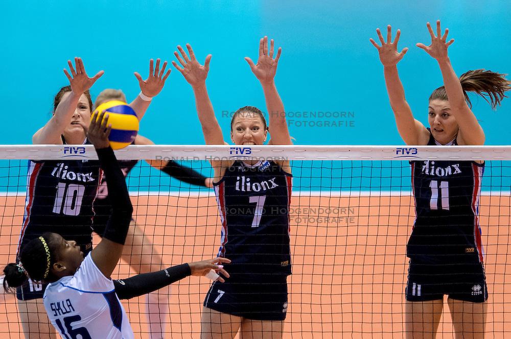 20-05-2016 JAP: OKT Italie - Nederland, Tokio<br /> De Nederlandse volleybalsters hebben een klinkende 3-0 overwinning geboekt op Italië, dat bij het OKT in Japan nog ongeslagen was. Het met veel zelfvertrouwen spelende Oranje zegevierde met 25-21, 25-21 en 25-14 / Lonneke Sloetjes #10, Quinta Steenbergen #7, Anne Buijs #11, Miriam Fatime Sylla #16 of Italie