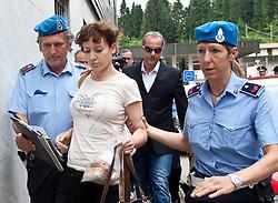 """24.06.2011, Grenzübergang, Thoerl Maglern, ITA, Wiener Betonleichen Morde. Italienische Polizeieinheiten haben am 10.06.2010 die gesuchte Eissalonbesitzerin Goidsargi Estibaliz C. im Ortszentrum von Udine, Italien, verhaftet. Demnach wurde die 32-Jährige Chefin des Eissalon """"Schleckeria""""  von mobilen Einheiten in der Nähe des Bahnhofs gestellt. Gegen Goidsargi Estibaliz C. bestand nach dem Fund von Teilen zweier einbetonierter Leichen in ihrem Kellerabteil in Wien Meidling ein EU-Haftbefehl. Verdächtigt wurde die gebürtige Spanierin, nachdem diese nach der Entdeckung der Leichen anfangs dieser Woche die Flucht ergriffen hatte. Eine der Leichen ist ihr vermisster Ex-Freund Manfred H. Vom zweiten Toten wurde bisher nur der Kopf gefunden, es dürfte sich dabei um ihren deutschen Ex-Ehemann Manfred H. handeln. Nachdem am Fr. 17.06.2011 das zuständige Untersuchungsgericht die Auslieferung der Frau nach Österreich beschlossen hat, wird Goidsargi Estibaliz C. heute durch italienische Beamte von der Justizanstalt Triest zum Grenzübergang Thörl Maglern überstellt und dort an die österreichischen Behörden übergeben. Hier im Bild Goidsargi Estibaliz C.wird von italienischen Beamten in die Grenzpolizeistation Thörl Maglern gebracht. Für die unter Mordverdacht stehende Goidsargi Estibaliz C., gilt die Unschuldsvermutung! EXPA Pictures © 2011, PhotoCredit: EXPA/ J. Groder"""