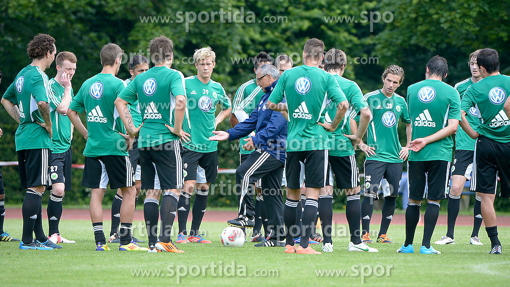 05.07.2012, Stadion, Gluecksburg, GER, Vfl Wolfsburg Trainingslager, im Bild Wolfsburgs Trainer Felix Magath spricht während des Trainings mit seiner Mannschaft beim Balltraining // during a Trainingssession of the German Bundesliga Club Vfl Wolfsburg at the Stadium, Gluecksburg, Germany on 2012/07/05. EXPA Pictures © 2012, PhotoCredit: EXPA/ Eibner/ Dominique Leppin..***** ATTENTION - OUT OF GER *****
