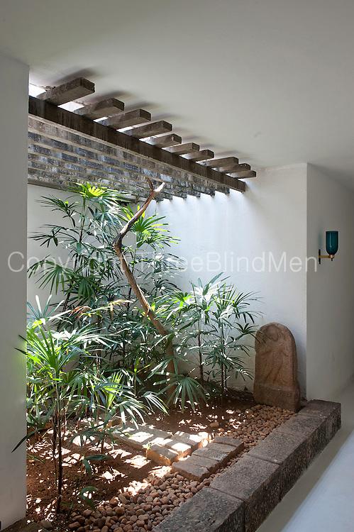 Sri lanka geoffrey bawa 39 s colombo home at 33rd lane for Indoor garden designs in sri lanka