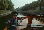 Magnus i båten Strike på väg genom Djurgårdsbrunnskanalen på Djurgården i Stockholm.