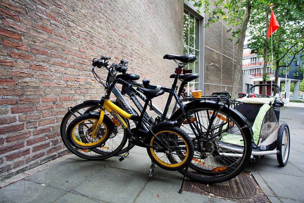 Voor de schouwburg is een kinderfiets veilig tegen een gewone fiets op slot gezet. In Nijmegen wordt de internationale conferentie Velo City gehouden. Tijdens het meerdaags congres praten beleidsmedewerkers en de fietsindustrie over het gebruik van de fiets in het dagelijks leven. Daarnaast zijn er tal van fietsgerelateerde activiteiten.<br /> <br /> In Nijmegen the bike related congress Velo City 2017 is held. From all over the world people come to talk about the use of the bicycle as a way of transportation.