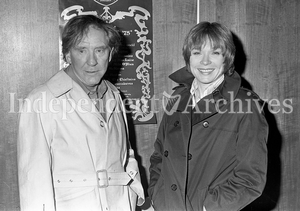 Burgess Meredith and Shirley MacLaine on arrival at Dublin Airport, 13/09/1975 (Part of the Independent Newspapers Ireland/NLI Collection).