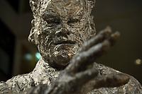 02 DEC 2013, BERLIN/GERMANY:<br /> Gesicht und Hand der Willy Brandt Statue, Willy-Brandt-Haus<br /> IMAGE: 20131202-01-002