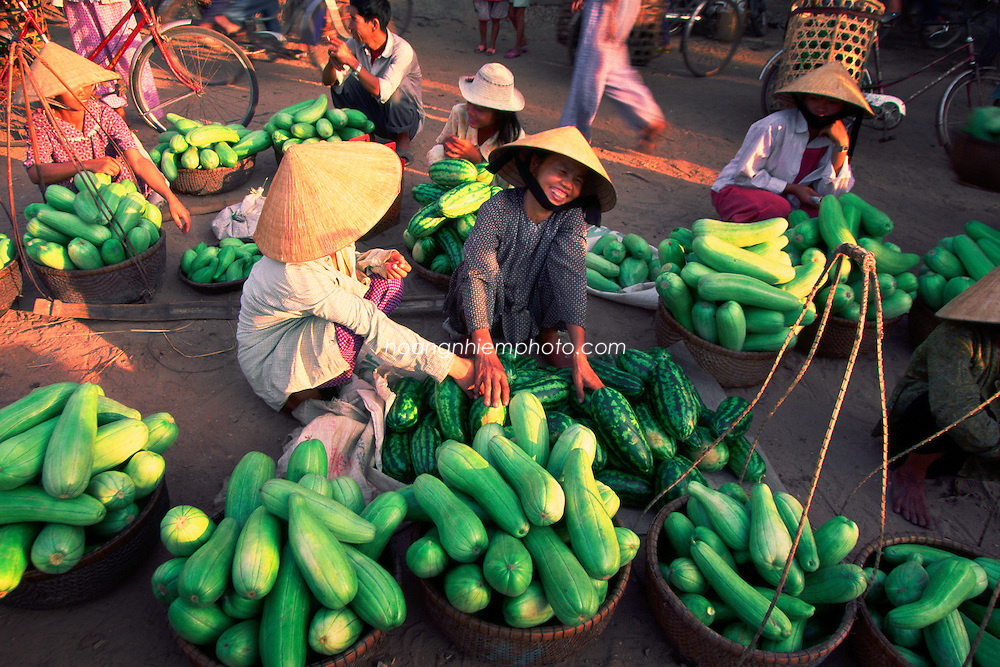 vietnam have many different kind of market from big city to the country side.This market sell only all kind of melon hoàng thế nhiệm