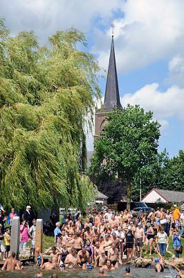 Nederland, Batenburg, 4-8-2012Jaarlijks wordt de Jan de Koele zwemtocht gehouden tussen de maasdorpen Batenburg en Appeltern. Start in Batenburg.Foto: Flip Franssen/Hollandse Hoogte